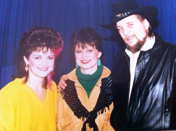 Kelita, Waylon Jennings, Jessie Colter, back stage Maple Leaf Gardens
